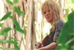 突然、ジャングルから現れてジンを援護したクレア