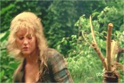 ジャングルの中で何やら準備をしているクレア