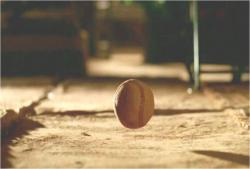 転がる野球ボール