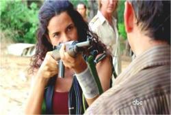 イラーナがベンに銃をつきつけて無言で指示