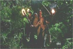 ジャングルの中を進むサンたち