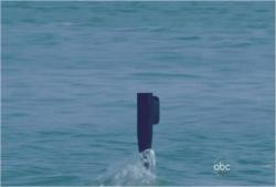 ビーチを覗く潜水艦の潜望鏡