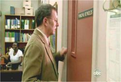 校長室をノックするベン