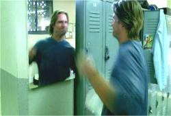 怒りが頂点に達したソーヤー鏡の自分に向かってパンチ