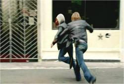 追突の逃亡者を捕まえようとしているジェームス警部