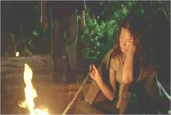 火を見つめながら、ボーっとしているケイト