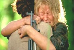 泣きながら、抱きついて何度も謝っているクレア