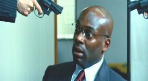 いきなり拳銃を向けられたグバナン大使館の大使官