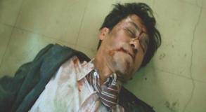 事務所の前で死体となって転がっている阿部