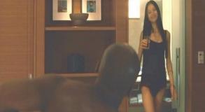 セクシーな下着姿でグバナン大使館の大使官を誘惑する水野の女(渡辺奈緒子)