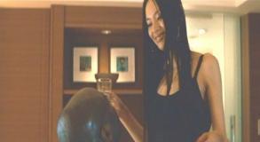 グバナン大使館の大使官に睡眠薬入りの酒を飲ませる水野の女(渡辺奈緒子)