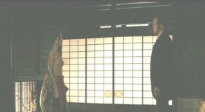 映画「シルク」より。着物を脱いで上半身裸の渡辺奈緒子。