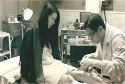大学の医務室で治療を受けている女