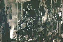 逃走用のバイクの前で着替える二人