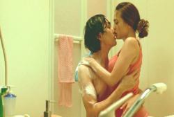 風呂場でキス