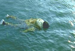 海に浮かぶ水死体