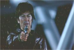 銃を向けている男
