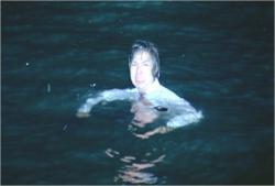 川に飛び込んだ片桐。閃光に照らされて、叫ぶ。