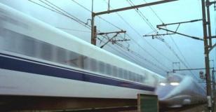 舞台はなぜか、日本の新幹線の中