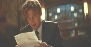 書類を見ているコブ