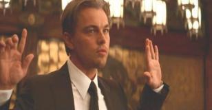 手を挙げているコブ