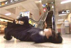 ミキに蹴られて転倒した盗撮犯