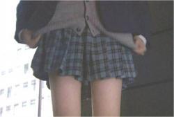スカートをさらに短くし