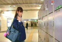 新宿のコインロッカーにやってきた女子高生・ミキ(こじはる)