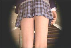 盗撮カメラに標準合わさる女子高生のスカート