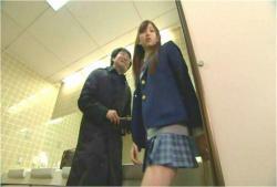 それならそんな短いスカートはくな。このガキがっ!