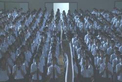 体育館に集まっている生徒たち