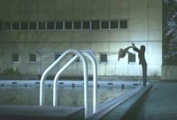 愛美をプールにほおり投げる少年
