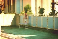 一人でプールにいる愛美