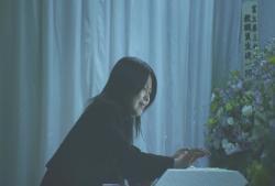 愛美の棺に手をあてて泣いている森口