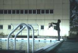 幼女をプールに放り込む容疑者の少年
