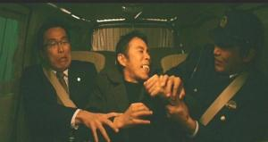 護送中に渋滞に巻き込まれて、車内で暴れている増田喜一受刑者
