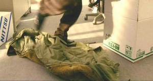 ほおり出された青島のコート