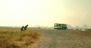 構わず、丸腰でバスに走っていく青島と篠原。