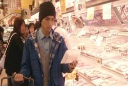 木島安兵衛、スーパーで買出し