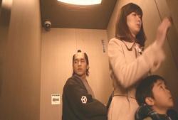 いきなりのエレベーターに驚く安兵衛
