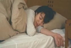 目覚ましが止まって、まだ寝ているひろ子ママ