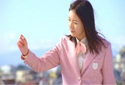 桜の花びらを手に取っているゴースト珠理奈