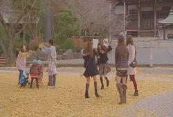 優子、無邪気に落ち葉をたかみなに投げてじゃれ合う。