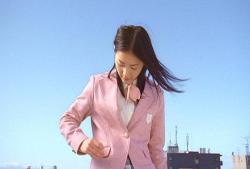 珠理奈、桜の花を制服のポケットにしまう