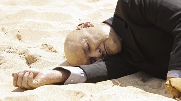 砂浜に放置されている本物・ロックの遺体
