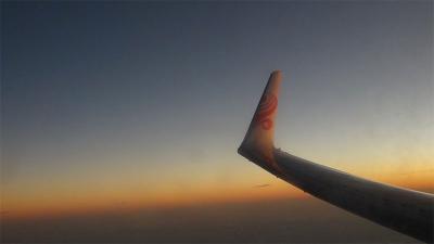 黄昏色に光る、香港航空の主翼