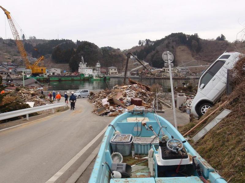 鮪立・ボートと車・湾ではクレーンの回収作業