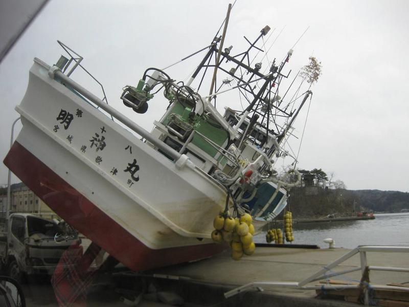 気仙沼港 陸の船