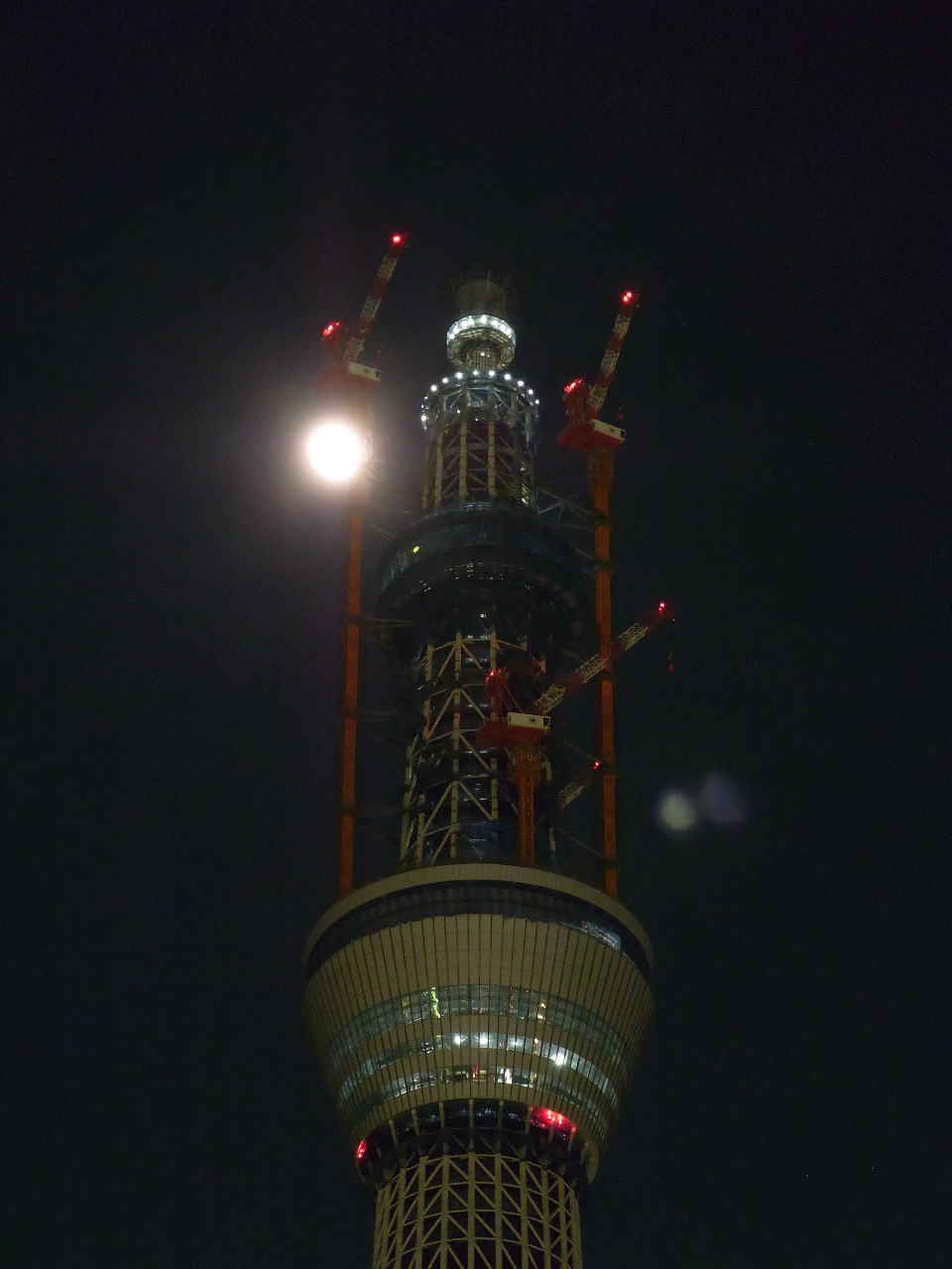 タワークレーン後方を通過し始めた月