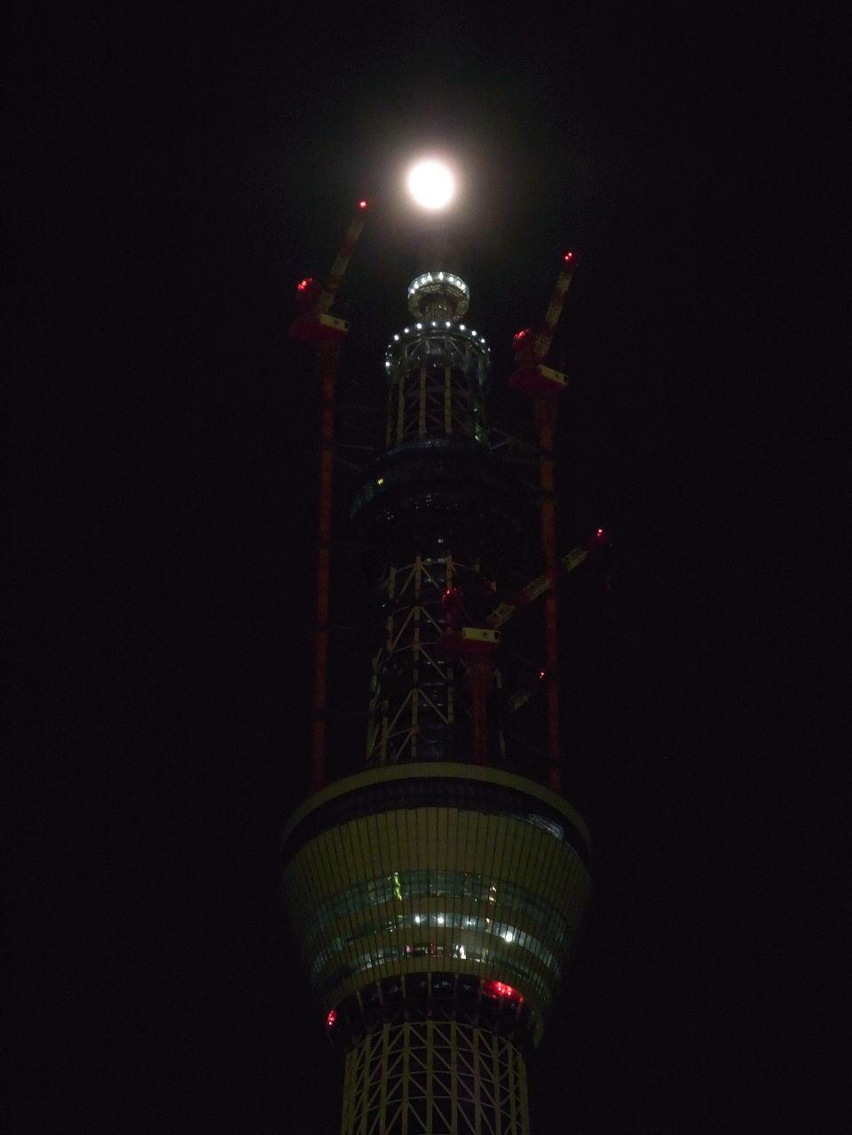 タワーの頂部制振装置上に達した月
